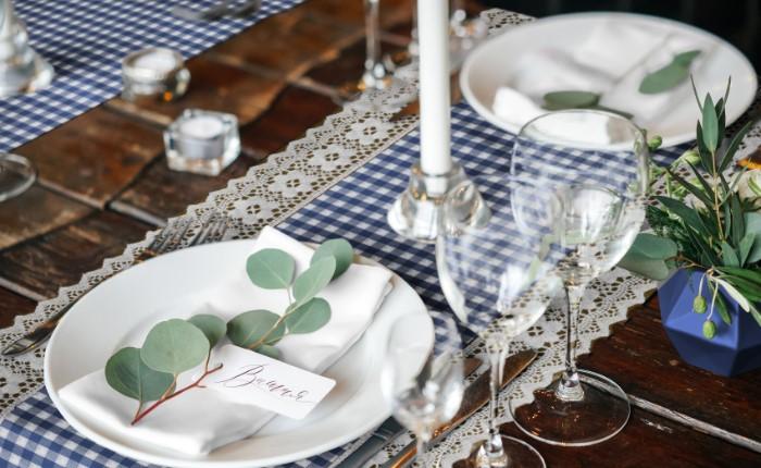 Tischdecke-Landhausstil-84-blau-mit-saum-gedeckt