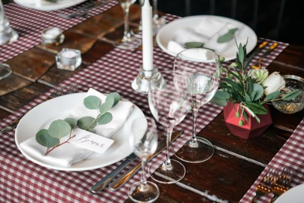 Tischdecke-landhausstil-18-rot-gedeckt